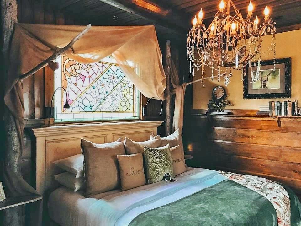 Highland Haven Creekside Inn - Romantic luxury treehouse in Evergreen, CO